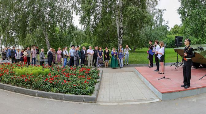 На ОбьГЭСе День ВДВ отметили установкой БМП у «Алеши»