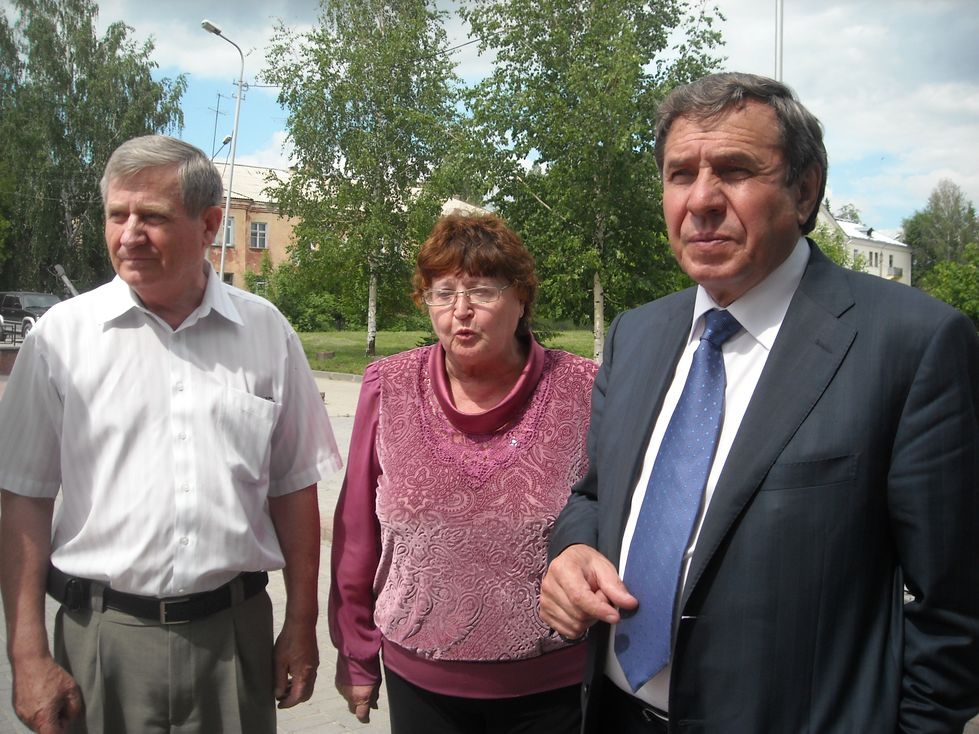 А.И. Кондрашкин, Л.М. Шуткина и тогда мэр Новосибирска В.Ф.Городецкий на мемориальном комплексе «Алеша-Сибиряк» летом 2013 года.