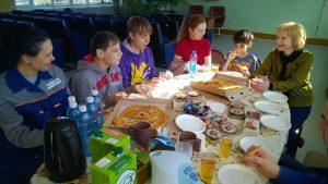 После обхода ребят напоили чаем и накормили горячей пиццей