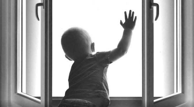 Как защитить ребёнка от падения из окна?